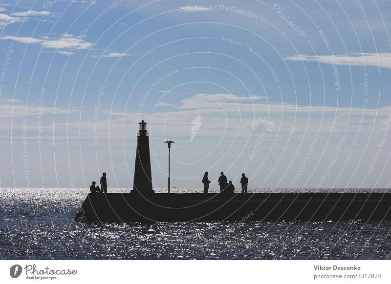 Menschen auf See mit einem Leuchtturm im Herbst schön Ferien & Urlaub & Reisen Tourismus Sommer Sonne Strand Meer Insel Wellen Frau Erwachsene Mann Natur