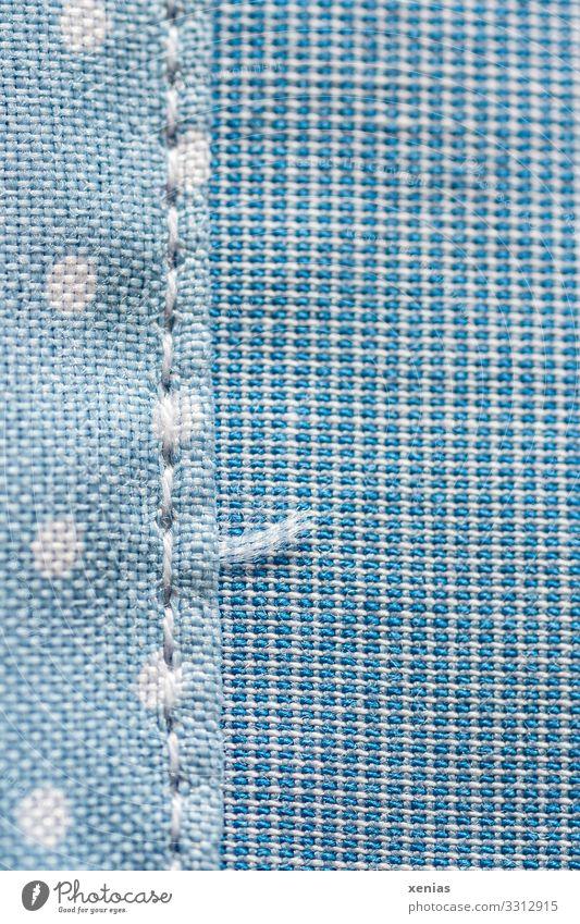 blauer Stoff mit Naht und Punkten Bekleidung Nähgarn Linie Netz weich weiß gepunktet Rechteck Fadenende Nähen Studioaufnahme Nahaufnahme Detailaufnahme
