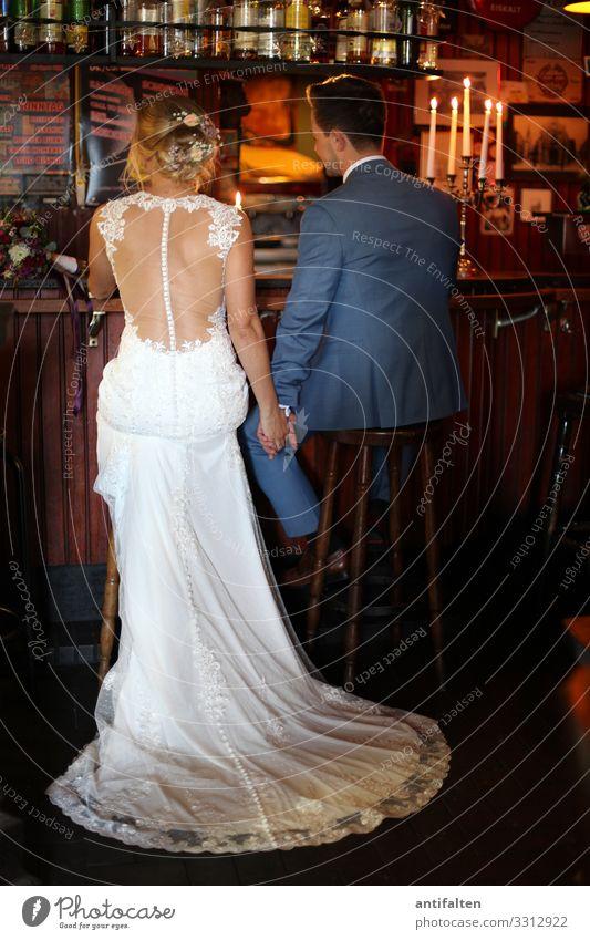 Isn't it romantic? Hochzeit brautpaar Braut Brautkleid Bräutigam Händchenhalten Kneipe Theke romantisch Kerzenschein Ehe Liebe Liebespaar Frau Ehemann Ehefrau