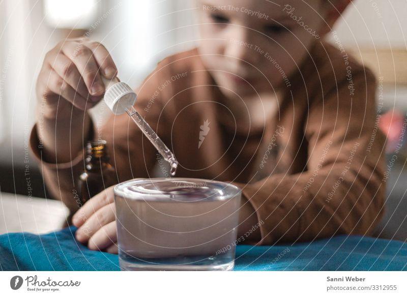 Wassertropfen Mensch maskulin Kind Junge Kindheit Kopf 1 3-8 Jahre Ferne Experiment Glas Tierjunges braun Bla Pipette Flasche Hand blond Farbfoto mehrfarbig