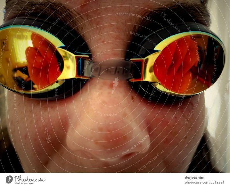 Reflexion einer Schwimm Brille. Die Brille sitzt einem Mädchen auf den Augen. Leben Wassersport Schwimmen & Baden feminin Familie & Verwandtschaft Jugendliche