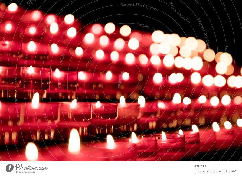 Gruppe roter Kerzen in der Kirche für das Auferstehungsgebet des Glaubens. Kerzenfeuerflammen in Reihen. Zeichen Liebe Kraft Frieden Religion & Glaube Gebet