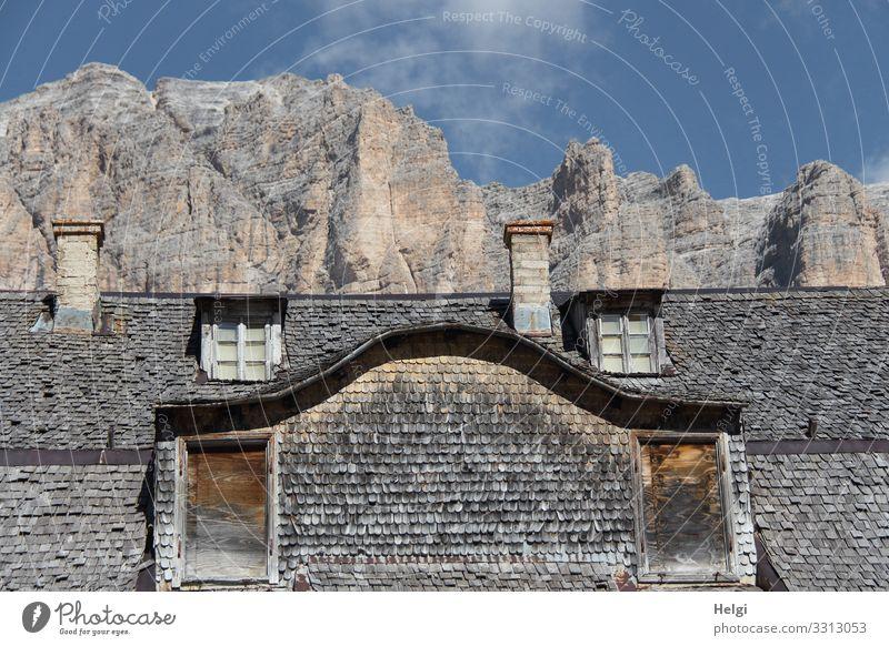 altes Haus mit Holzschindeln verkleidet steht vor einem gigantischen Berg in den Dolomiten Umwelt Natur Himmel Wolken Herbst Schönes Wetter Felsen Alpen