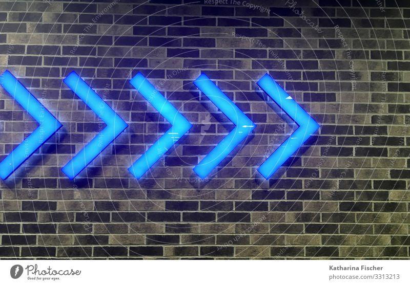 Wegweiser blau weiß schwarz Mauer braun Linie leuchten Schilder & Markierungen Hinweisschild Zeichen Richtung Kunststoff Pfeil Backstein Verkehrszeichen