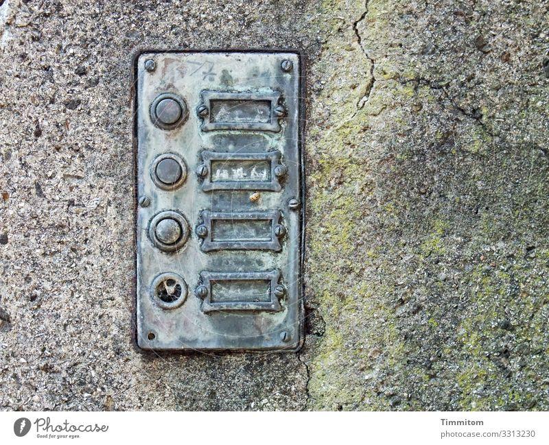 Geschriebenes | fehlt Häusliches Leben Mauer Wand Namensschild Klingel Beton Metall alt kaputt grau grün silber Gefühle Vergangenheit Vergänglichkeit leer