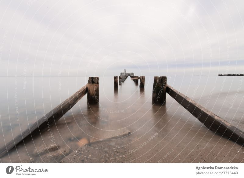 Buhne Torpedo Torpedostation Gdynia Gdingen Ostsee Baltic Sea Baltikum Meer Hexengrund Pfeiler Holz Wasser Strand Beach Wolken Cloudy Clouds Norden Polen Wellen