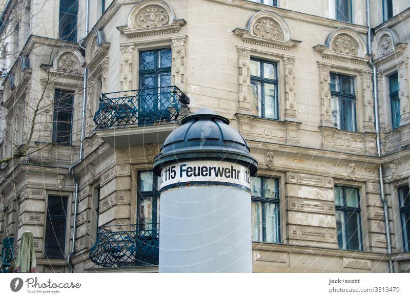 Feuerwehr geschriebenes an Litfaßsäule Werbebranche Prenzlauer Berg Stadthaus Gebäude Fassade Balkon Fenster Schriftzeichen Ziffern & Zahlen Hinweisschild