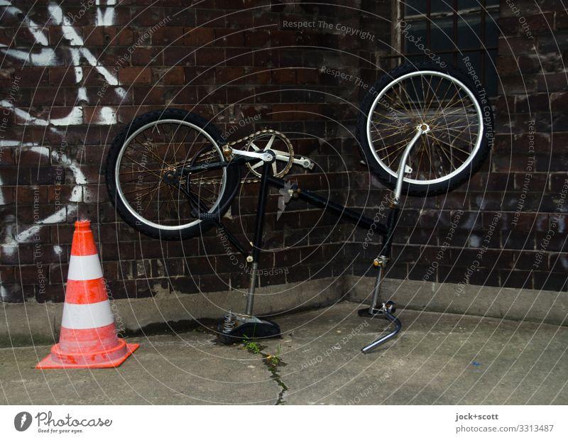 wer hat am Rad gedreht ? Design Prenzlauer Berg Wand Hinterhof Verkehrsleitkegel Graffiti dunkel einfach kalt trist Stimmung Sicherheit beweglich standhaft Idee