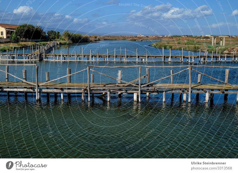 Lagunensee mit Fischfangvorrichtung in Cabras See Stagno di Cabras Meeräschenfang Fischerei Kanal Sardinien Fischsperren Landschaft Italien