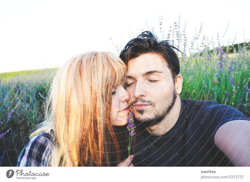 Echtes junges Paar bei einem sonnigen Tag Lifestyle Glück schön Gesicht Leben Sonne Mensch maskulin feminin Frau Erwachsene Mann Familie & Verwandtschaft