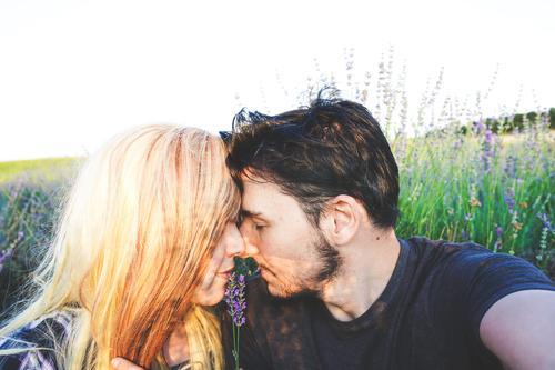 Echtes junges Paar bei einem sonnigen Tag Lifestyle Glück schön Gesicht Leben Sonne Mensch maskulin feminin Junge Frau Jugendliche Junger Mann Erwachsene