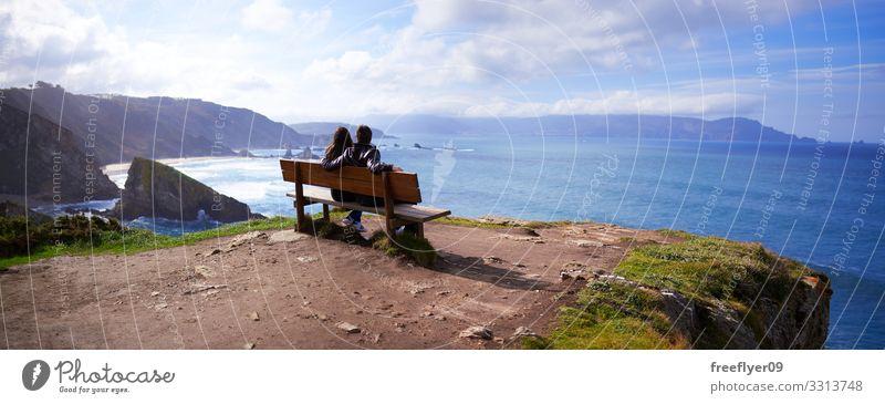 Panoramablick auf ein Paar auf der besten Bank der Welt panoramisch Landschaft Loiba Galicia natürlich Sommer Wasser Natur Ansicht schön Insel Fischen wachsen