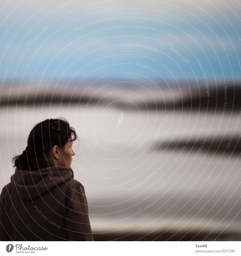 Moment der Ruhe Mensch Frau Himmel blau weiß Sommer Erholung Einsamkeit ruhig Wolken schwarz Erwachsene feminin Küste Luft braun