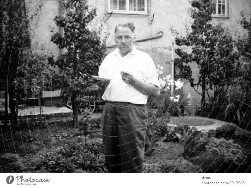 Zwischenmahlzeit Teller maskulin Mann Erwachsene 1 Mensch Pflanze Garten Haus Hemd Hose kurzhaarig beobachten Essen festhalten Blick stehen warten selbstbewußt