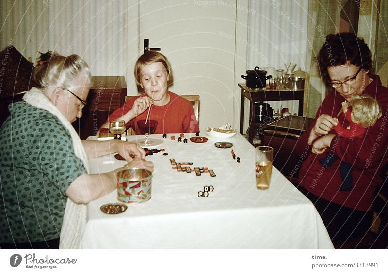Spiele der Kindheit | Oma muss nachdenken Getränk Glas Häusliches Leben Wohnung Innenarchitektur Dekoration & Verzierung Tisch feminin Mädchen Frau Erwachsene