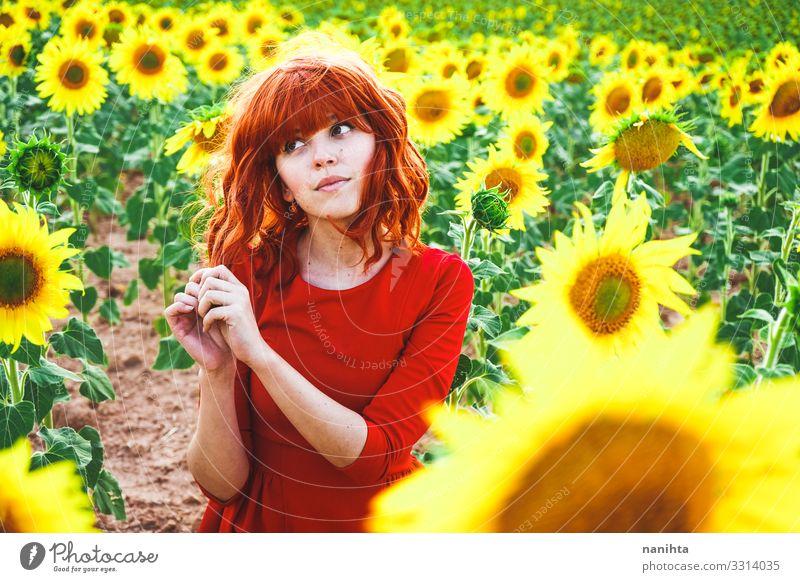 Frau Mensch Natur Jugendliche Junge Frau Sommer Pflanze schön rot Blume Freude 18-30 Jahre Lifestyle Erwachsene Leben gelb