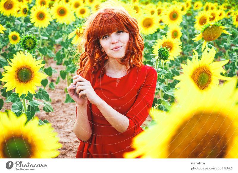 Reizende rothaarige Frau genießt den Tag auf einem Sonnenblumenfeld Lifestyle Stil Freude schön Leben Freiheit Sommer Mensch feminin Junge Frau Jugendliche