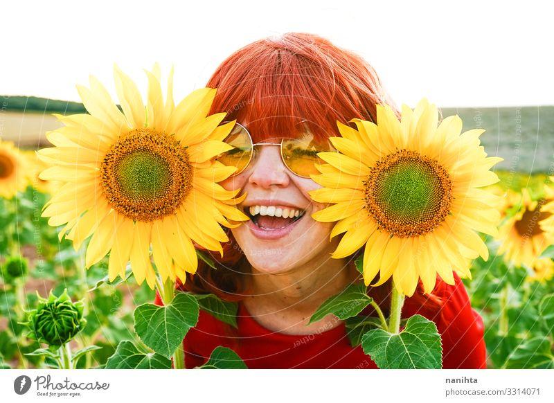 Reizende rothaarige Frau genießt den Tag auf einem Sonnenblumenfeld Lifestyle Stil Freude schön Leben Freiheit Sommer Mensch feminin Erwachsene Jugendliche 1
