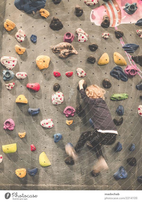 Kletterhalle Kind klettern Klatterhalle Indoor Sport Bouldern Freizeit & Hobby Klettern Bergsteigen Fitness Lifestyle Kraft Felsen hängen stark greifen üben