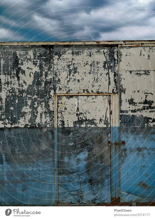 Blaue Melancholie Lifestyle Stil Design Häusliches Leben Kunst Stadt Haus Architektur Mauer Wand Fassade ästhetisch bedrohlich blau Gefühle Verfall Farbfoto