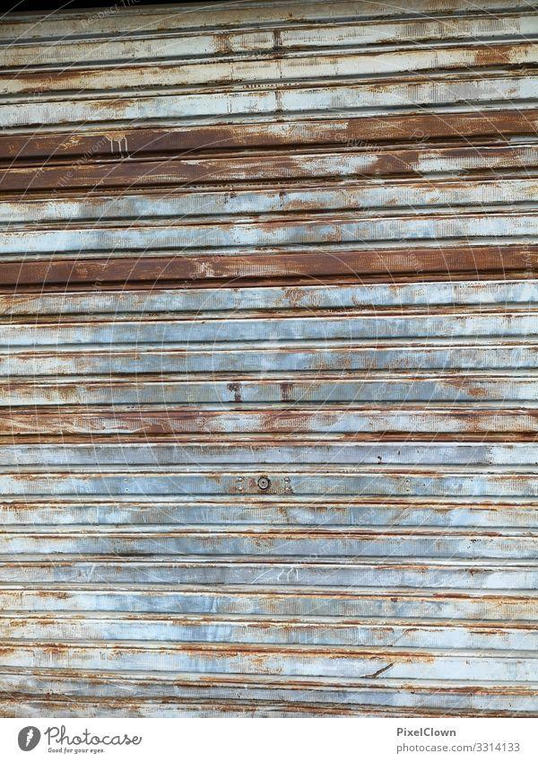 Tor von einer Garage Außenaufnahme Wand Garagentor Tür Rolltür blau braun tristess alt retro menschenleer