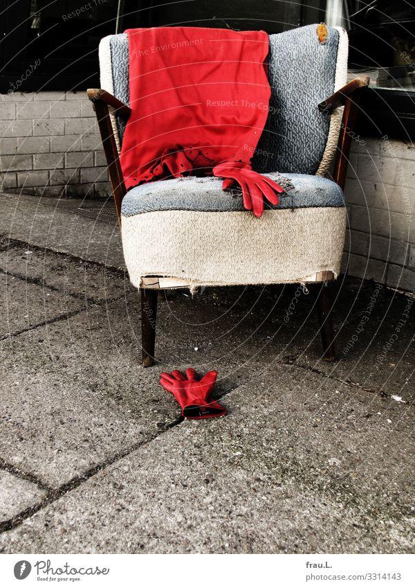 Rot Sessel Club Disco Kino Handschuhe alt trendy kaputt retro rot Wolldecke Filmraum Leder Farbfoto Außenaufnahme Textfreiraum unten Tag