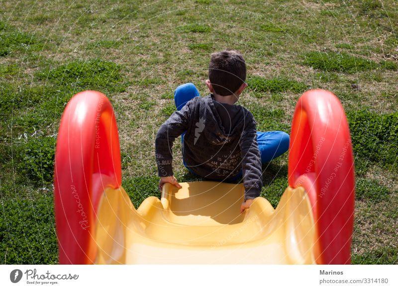 Kinder spielen auf dem Spielplatz mit Gras. Freude Glück Spielen Garten Kleinkind Kindheit Park schaukeln Fröhlichkeit niedlich grün pendeln jung Gegend