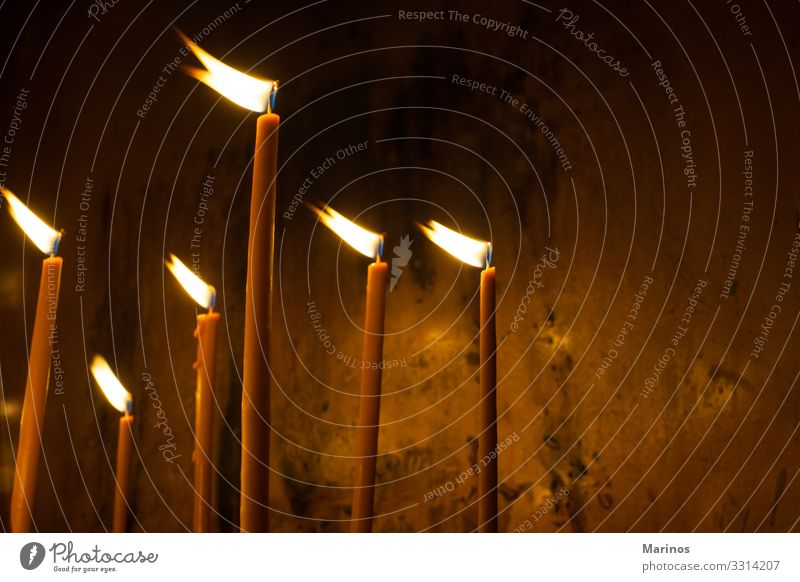 zünden Kerzen in der orthodoxen Kirche an. Lifestyle Ostern Weihnachten & Advent Feste & Feiern Hoffnung Lichter Innenaufnahme