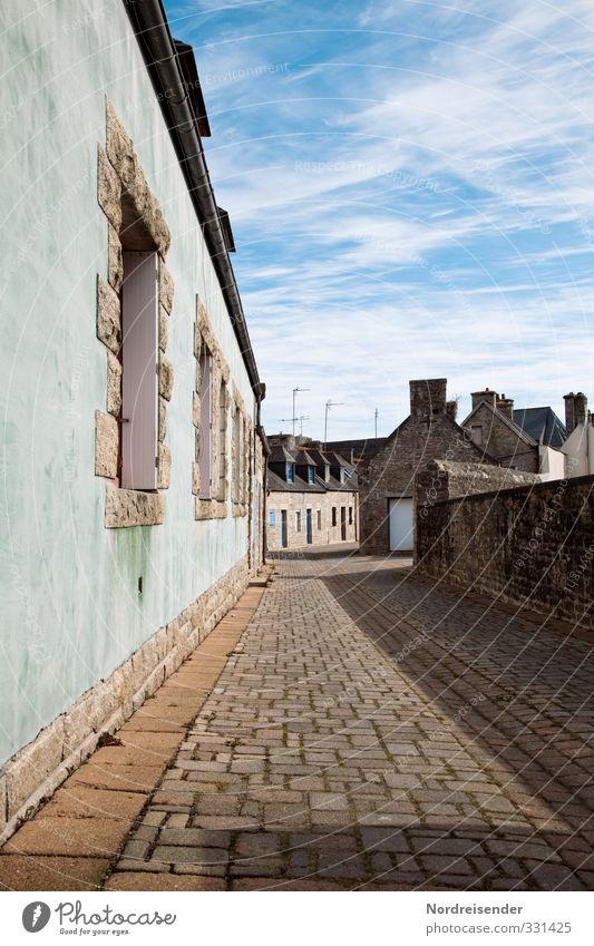 Bretonische Gassen Tourismus Schönes Wetter Dorf Fischerdorf Kleinstadt Hafenstadt Altstadt Menschenleer Haus Bauwerk Gebäude Architektur Mauer Wand Fenster
