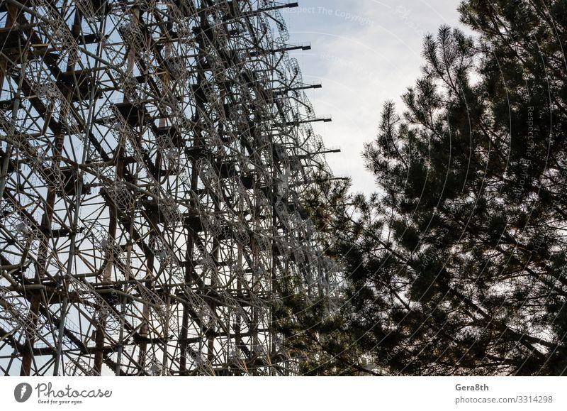 Geheimes Radar der Sowjetunion und Baum in Tschernobyl Design Ferien & Urlaub & Reisen Tourismus Ausflug Herbst Antenne Metall alt bedrohlich groß Desaster