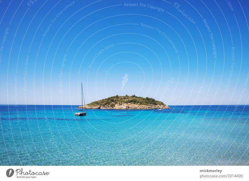 Boot steuert auf eine einsame Insel im Meer Wasser Meerwasser blau türkis Mallorca sonnig Sonne Urlaubsstimmung Urlaubsort Einsam trip Abenteuer Reisefotografie