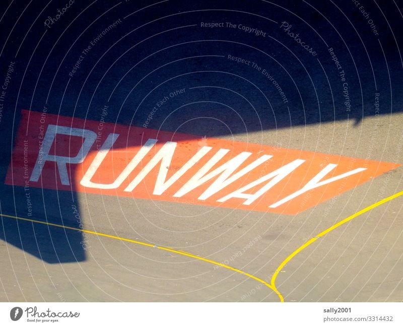 ready for take-off... Beschilderung zur Startbahn in Großbuchstaben... runway Flugfeld Flugzeug Landebahn Schatten Flughafen Luftverkehr