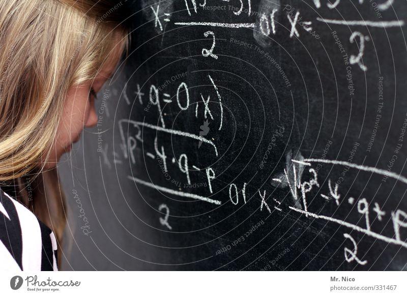 aufgabe Bildung lernen Klassenraum Tafel Schulkind Schüler feminin Jugendliche Kopf blond langhaarig Denken Stress Verzweiflung Frustration resignieren