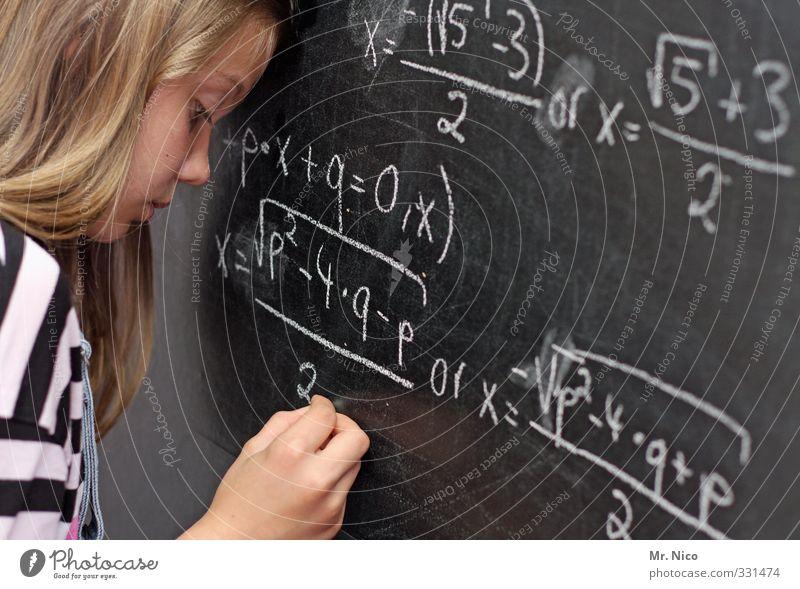Aufgabe. Jugendliche Hand Gesicht feminin Denken blond lernen Ziffern & Zahlen Bildung schreiben Konzentration Stress Tafel Schüler Verzweiflung langhaarig