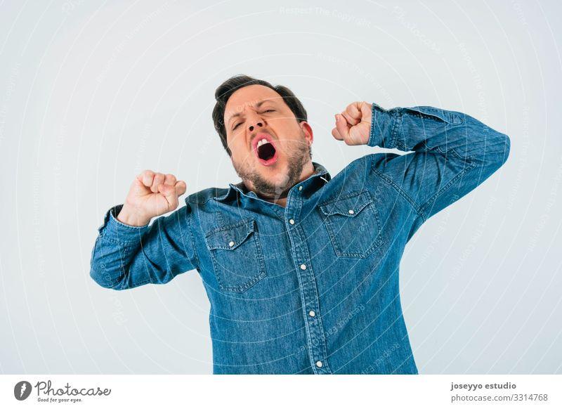 Mann gähnt mit Ausdruck von Schlaf, Müdigkeit und Langeweile. 30-45 Jahre Gleichgültigkeit Einstellung Vollbart Freizeitbekleidung Kaukasier Jeansstoff