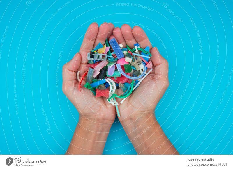 Hände voll von Mikroplastiken, die am Strand gesammelt wurden. Meer Aktivisten Erkenntnis Reinigen Nahaufnahme Küste Schaden Zerstörung dreckig Erde ökologisch