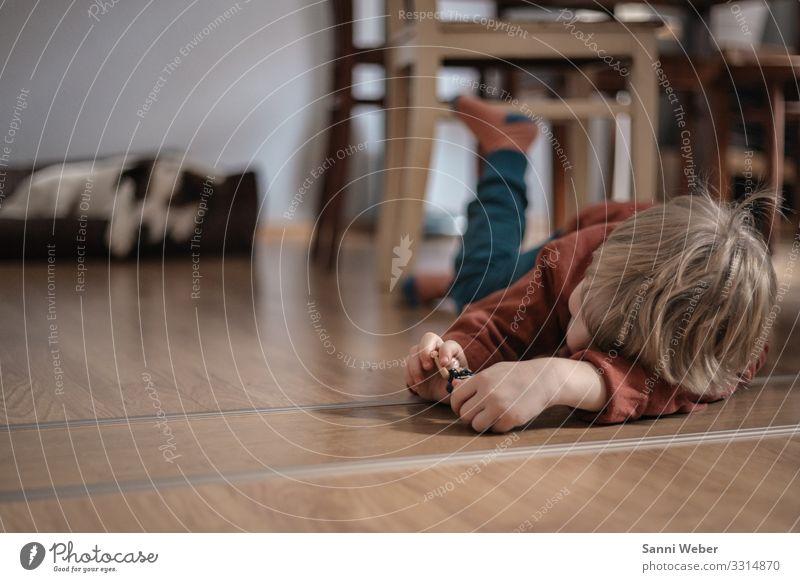 Verspielt Mensch maskulin Kind Junge Kindheit Kopf 1 3-8 Jahre Hose Pullover Stuhl Hund Hundebett blond Spielen Innenarchitektur Farbfoto Gedeckte Farben