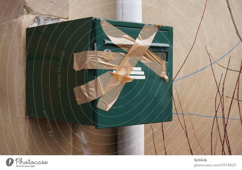 weg Häusliches Leben Wohnung Haus Umzug (Wohnungswechsel) Informationstechnologie Mauer Wand Briefkasten Zeichen Kreuz authentisch braun grau grün Klebeband