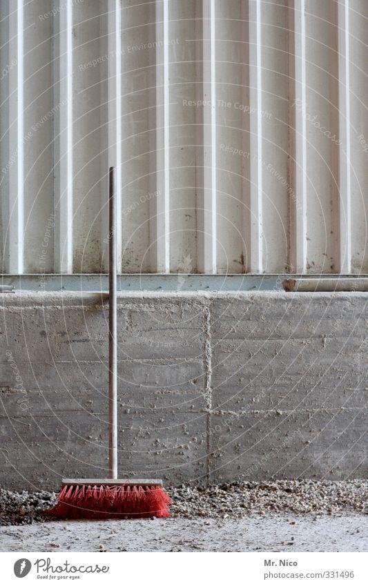 Das wär doch nicht nötig gewesen! | sauber gemacht. Mauer Wand Fassade Beton dreckig Sauberkeit Besen Besenstiel rot Halle Lagerhalle Reinigen Renovieren
