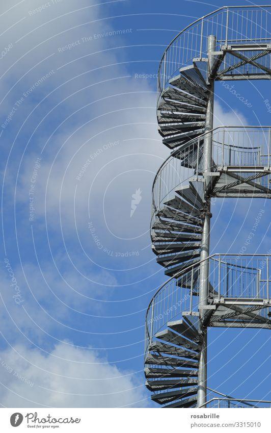 Stairway to heaven | abgehoben Treppe außen Außentreppe hinauf aufsteigen Himmel Wendeltreppe empor Stufen Leiter Bauwerk Bauteil gewendelt Kreis Wolken