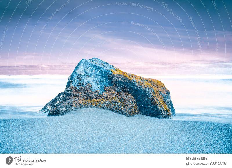 Großer Stein am Strand - Konzept Umwelt Natur Urelemente Sand Wasser Himmel Horizont Moos Garten Küste Meer blau orange türkis weiß Farbe Kreativität