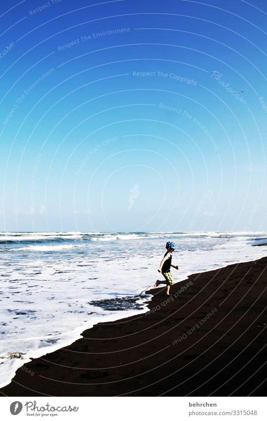 jetzt aber schnell | sonst wirds nass Sonnenlicht Tag Außenaufnahme Farbfoto Gischt Brandung Spielen toben frei Fröhlichkeit schön blau Fernweh rennen laufen