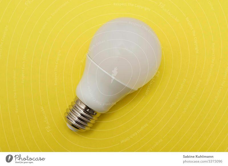 Glühbirne Raum Birne Glas Kunststoff leuchten Häusliches Leben einfach hell gelb weiß Warmherzigkeit Licht Farbfoto Innenaufnahme Studioaufnahme Menschenleer