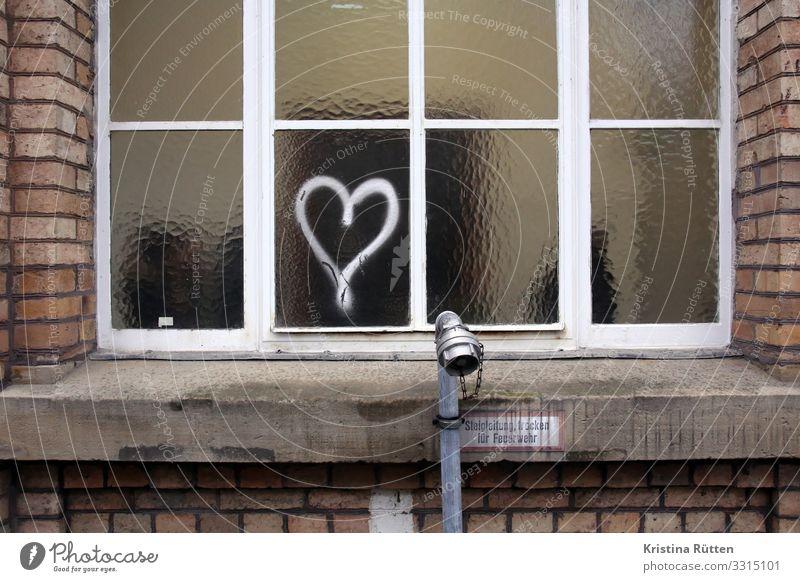 fensterherz Fenster Architektur Graffiti Liebe Herz Romantik niedlich Zeichen Hochzeit Symbole & Metaphern gemalt trashig Fensterscheibe Valentinstag herzlich