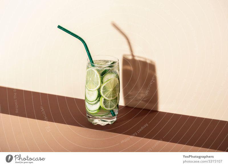 Gurken und Limetten-Tonic-Wasser. Kalter Sommer-Cocktail Erfrischungsgetränk Limonade Glas grün Antioxidans Brauntöne Luftblase Textfreiraum