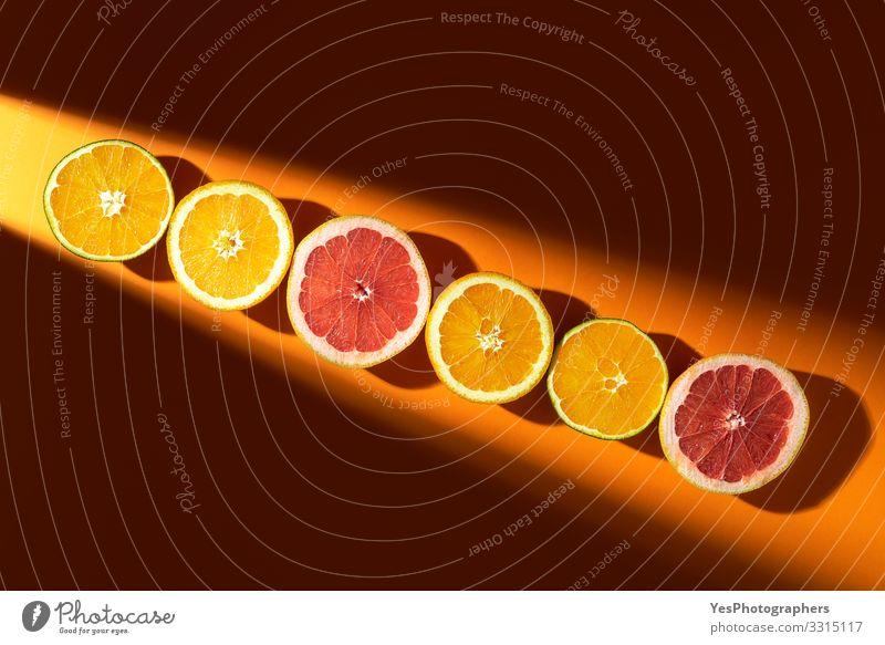 Geschnittene Zitrusfrüchte im Sonnenlicht. Orangen und Grapefruits Frucht Bioprodukte Gesunde Ernährung Sommerurlaub obere Ansicht farbenfroh halbieren