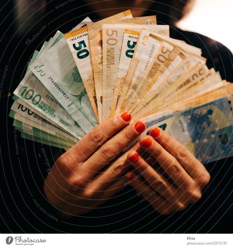 Hände die sehr viele Geldscheine aufgefächert halten: Reichtum, Vermögen, Ersparnisse Mensch feminin Hand Finger spendabel Bargeld Euro reich teuer 100 50