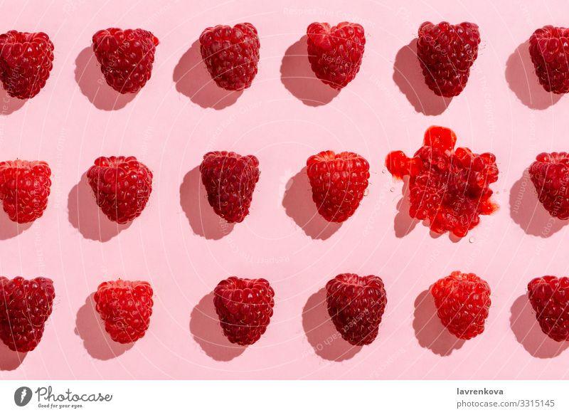 Flacher Auftrag von arrangierten Himbeeren auf rosa Beeren Diät Lebensmittel Gesunde Ernährung Speise Foodfotografie frisch Frucht Ernte saftig Anklopfen