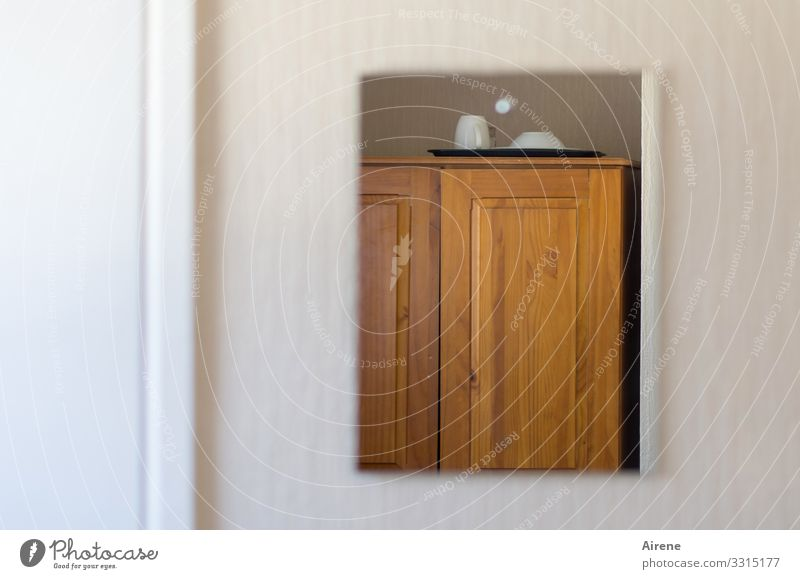 wenig Platz Häusliches Leben einrichten klein braun weiß eng limitiert Spiegel Spiegelschrank Badezimmerspiegel Hotelzimmer minimalistisch Tasse Tablett