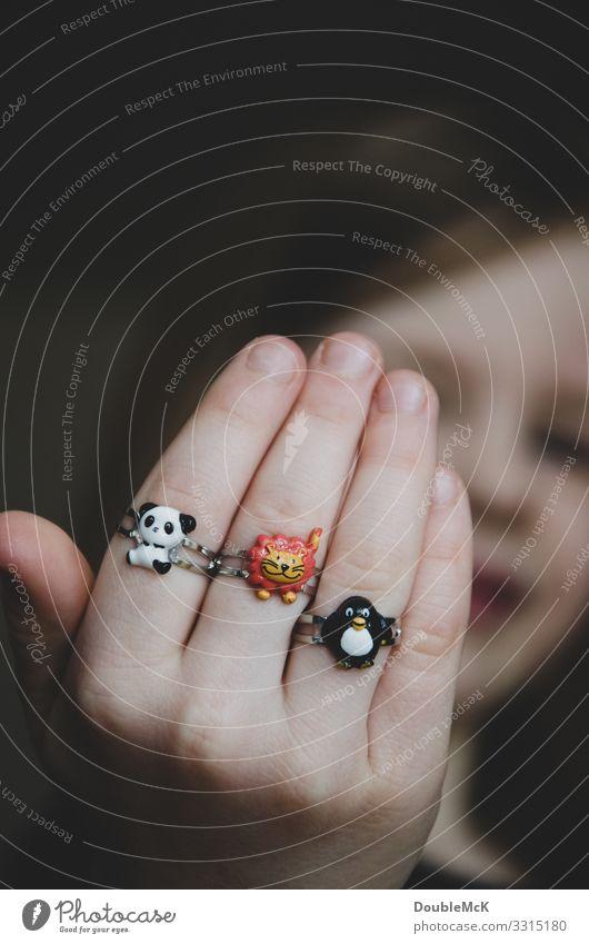 Mädchen zeigt stolz ihre drei Ringe an den Fingern Mensch feminin Kind Kindheit Kopf Hand 1 3-8 Jahre Tier Panda Löwe Pinguin Tiergruppe Metall tragen